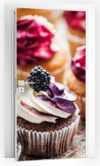 Naklejka na drzwi - berry cupcakes