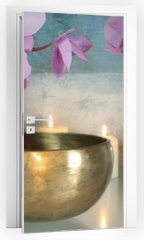 Naklejka na drzwi - Klangschale mit Orchideenblüten und Kerzen