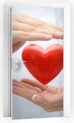 Naklejka na drzwi - Doctor holding heart