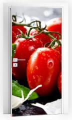 Naklejka na drzwi - Frische tomaten mit basilikum und knoblauch