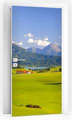 Naklejka na drzwi - Panorama Landschaft in Bayern mit Alpen, Berge und Wiesen im Allgäu