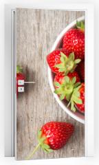 Naklejka na drzwi - Red strawberry in a bowl