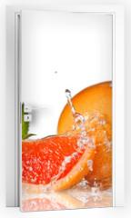 Naklejka na drzwi - Water splash on grapefruit with mint isolated on white