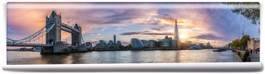 Fototapeta - Die Skyline von London: von der Tower Bridge bis zum Tower bei Sonnenuntergang