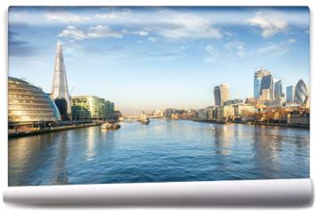 Fototapeta - Die Skyline von London am Morgen: entlang der Themse mit Blick auf die City und London Bridge