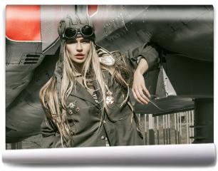 Fototapeta - Piękna dziewczyna w mundurze wojskowym ze sprzętem wojskowym.