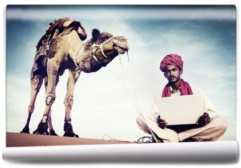 Fototapeta - Indianin używa laptopa