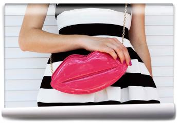 Fototapeta - Modna dziewczyna w sukience w paski z różową torebką