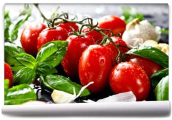Fototapeta - Frische tomaten mit basilikum und knoblauch