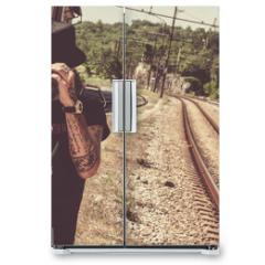 Naklejka na lodówkę - Viaggiatore solitario in attesa del treno