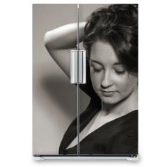 Naklejka na lodówkę - Haarspielereien einer jungen Frau