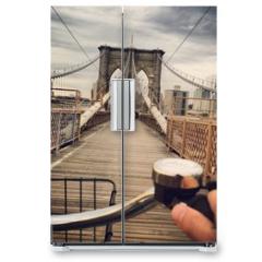 Naklejka na lodówkę - Driving bicycle across the brooklyn bridge