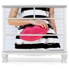 Naklejka na meble - Modna dziewczyna w sukience w paski z różową torebką