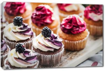 Obraz na płótnie canvas - berry cupcakes