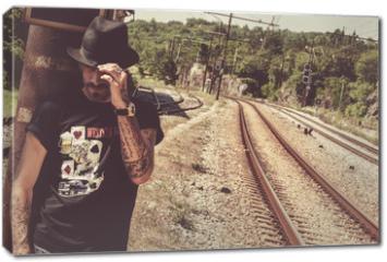 Obraz na płótnie canvas - Viaggiatore solitario in attesa del treno
