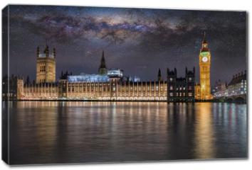 Obraz na płótnie canvas - Der Westminster Palast und Big Ben in London bei Nacht unter Sternenhimmel und der Milchstraße