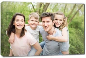 Obraz na płótnie canvas - Familie erholt sich im garten