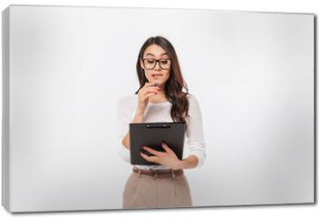 Obraz na płótnie canvas - Portrait of a pensive asian businesswoman