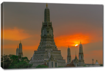 Obraz na płótnie canvas - Twilight wallpaper in the evening,the sun going back to the horizon,Wat Arun Ratchawaramaram is a temple along the ChaoPhraya River is an important place and a beautiful tourist destination in Bangkok