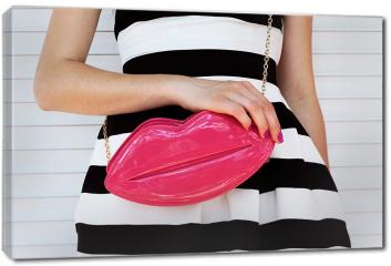 Obraz na płótnie canvas - Modna dziewczyna w sukience w paski z różową torebką