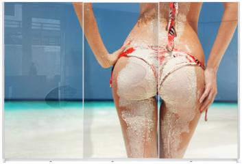 Panel szklany do szafy przesuwnej - Sexy sandy woman buttocks on the beach background