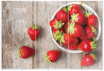 Panel szklany do szafy przesuwnej - Red strawberry in a bowl