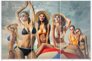 Panel szklany do szafy przesuwnej - Girls at the beach