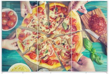 Panel szklany do szafy przesuwnej - Family takes pieces of pizza