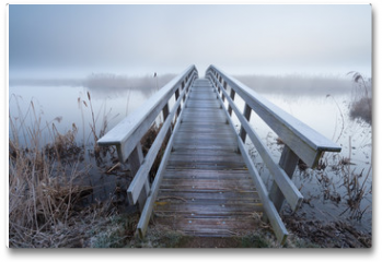 Plakat - wooden bridge via river in winter
