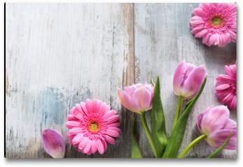 Plakat - Tulips and gerbera on gray vintage planks