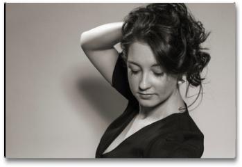 Plakat - Haarspielereien einer jungen Frau