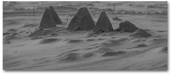 Plakat - Black and white photo from above of the pyramids near Karima, Sudan