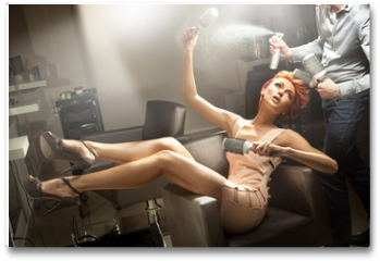 Plakat - Young woman posing in hairdresser room
