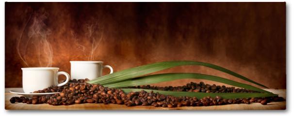 Plakat - Caffè in tazza, con chicchi sparsi sulla tavola