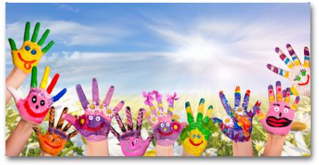 Plakat - Hände spielender Kinder vor Blumenwiese