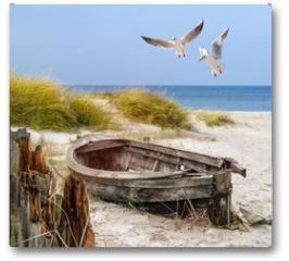 Plakat - altes Fischerboot, Möwen, Strand und Meer