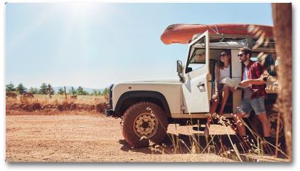 Plakat - Młoda para na wycieczce, sprawdzająca mape dojazdu