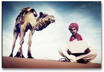 Plakat - Indianin używa laptopa