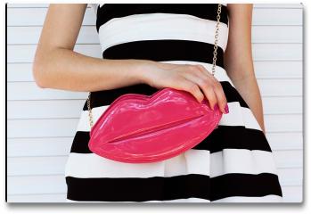 Plakat - Modna dziewczyna w sukience w paski z różową torebką