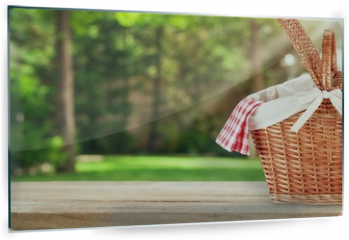 Panel szklany do kuchni - Picnic Basket with napkin on nature background