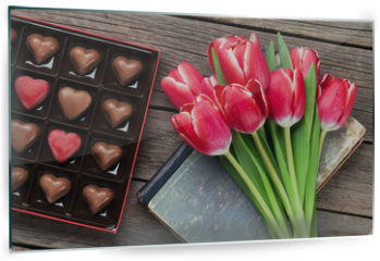 Panel szklany do kuchni - Red tulip flowers and chocolate box